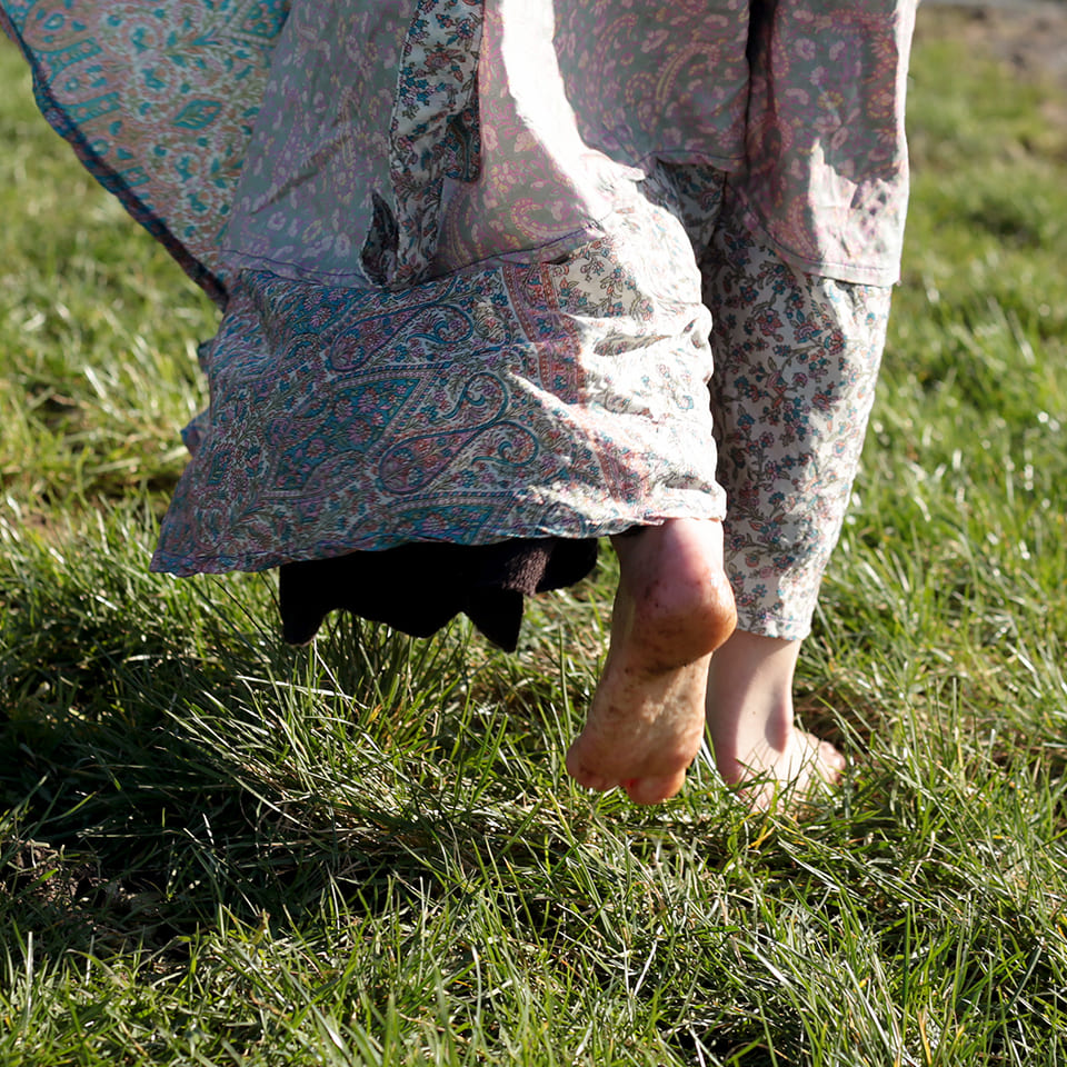 Vrouw wandelend in gras 042B4452-compressed
